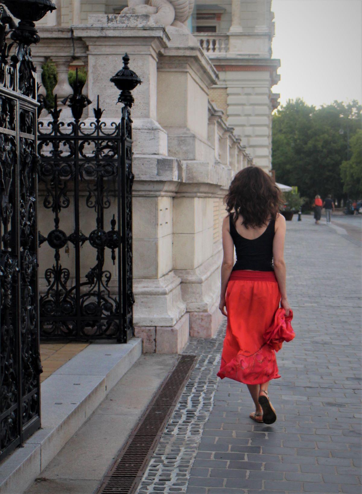 piros selyem szoknya