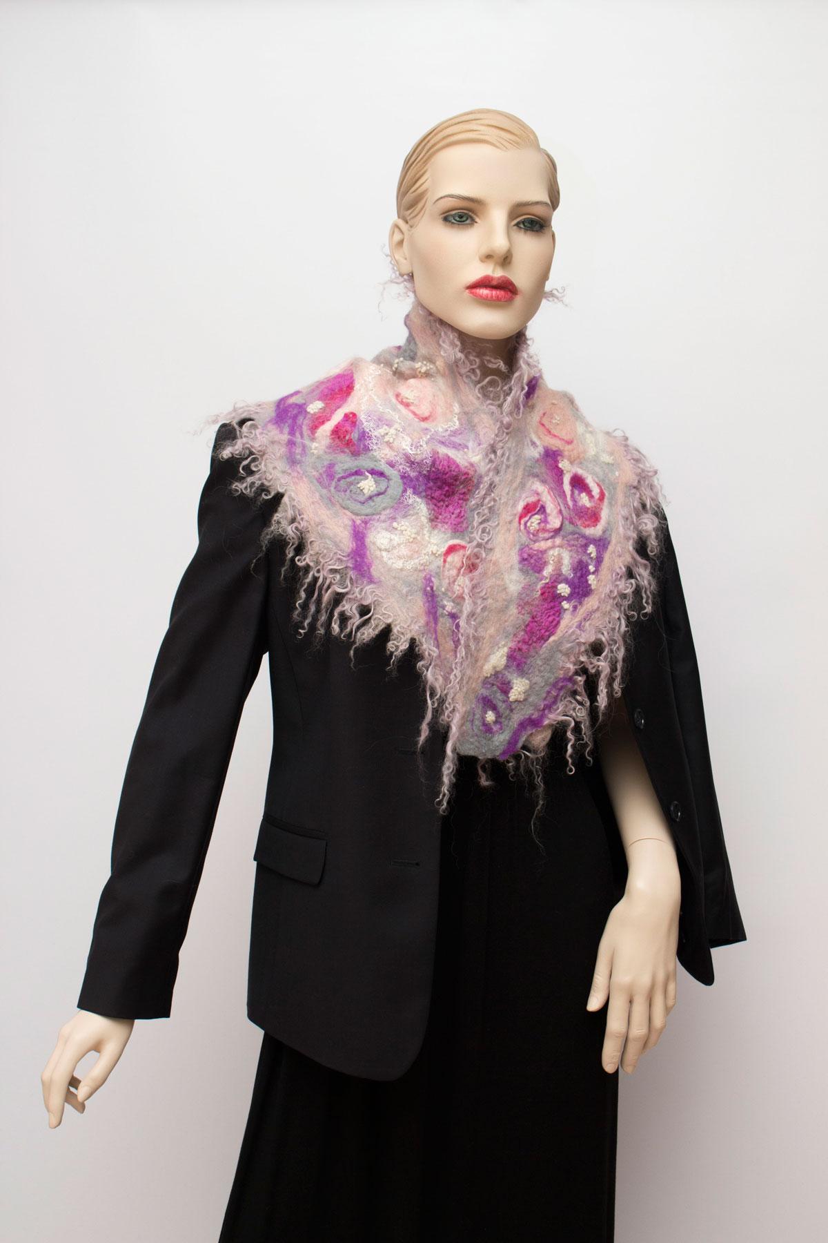 rózsaszín-és-lila-fürtös-nemez-sál-03